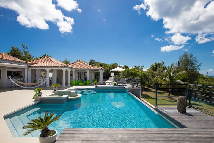 Walk to the Beach! Fabulous Villa with Huge Heated Pool, AC, Free Wifi, Ideal for Groups