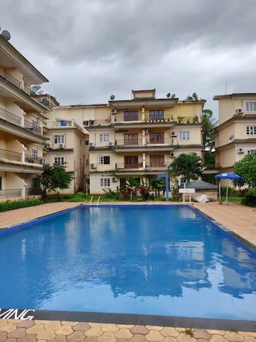 2BR apartment w/pool access Near Calangute Beach