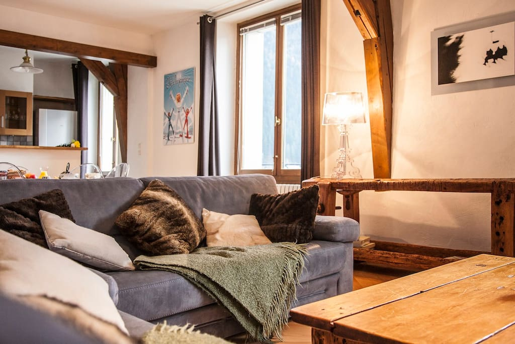 Located on the 4th floor of the landmark Palace du Mont Blanc building right in the heart of Chamonix, this spacious apartment oozes charm & style.