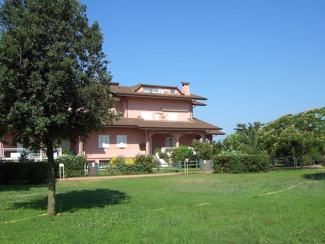 parte del parco di 2 ettari in cui è situato il residence