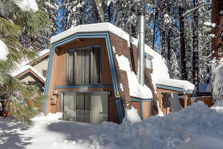 Steps to Snow Summit. Fireplace. Fenced yard with BBQ. Fast Wifi.