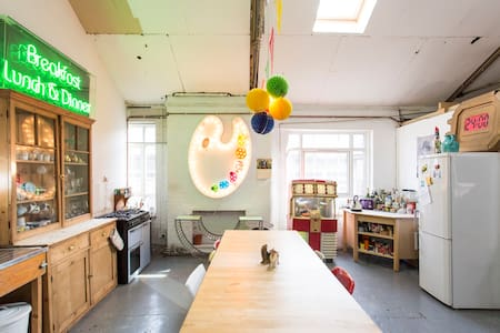 Great room in creative Hackney warehouse. - London