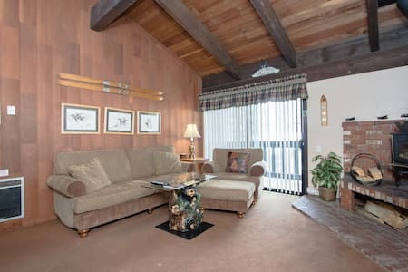 Warm Inviting Ski Condo Sleeps 6.  - Mammoth Lakes