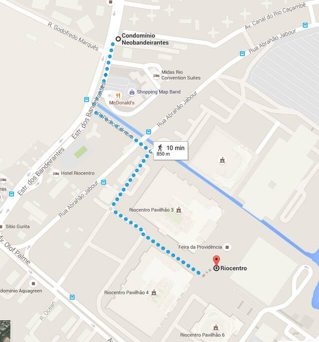 Pertinho do Rio Centro. De 5 a 10 minutos andando , dependendo de  qual pavilhão.  Very close to Rio Centro Convention Center. 5 to 10 minutes walk, depending on which building.