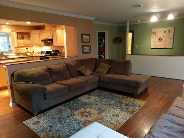 Spacious and Quiet Downtown Hillsboro Family Home - Hillsboro - Huis