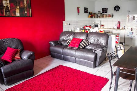 Double room close to the airport - Millner