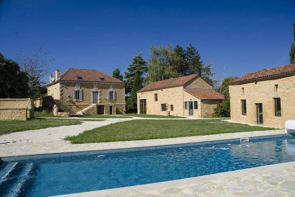 La villa Pech Mej' en Périgord noir avec piscine privée, four à pain/barbecue, salle de réception, au milieu des noyers avec vue panoramique sur la campagne environnante.