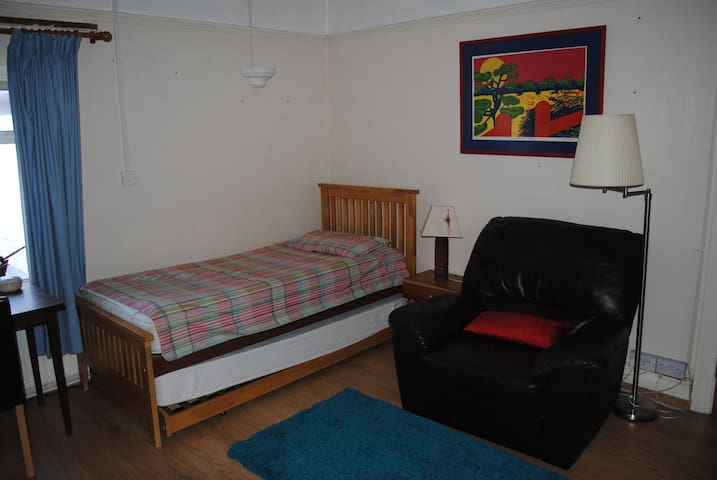 Comfortable room - Bridgend