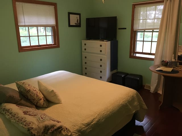 Escape to Wooded Retreat!  EZ access off I-43