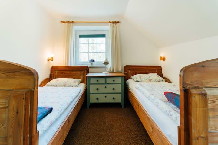 Schlafzimmer mit 2 Betten und Schreibtisch....