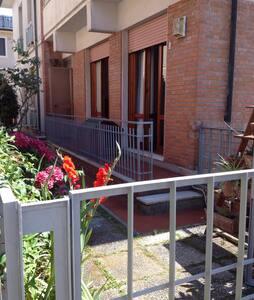 Fresco appartamento con giardino - 維亞雷焦