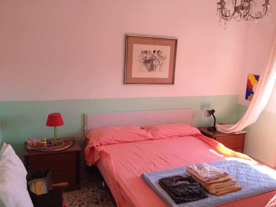 ...questa è la prima camera da letto, la matrimoniale...