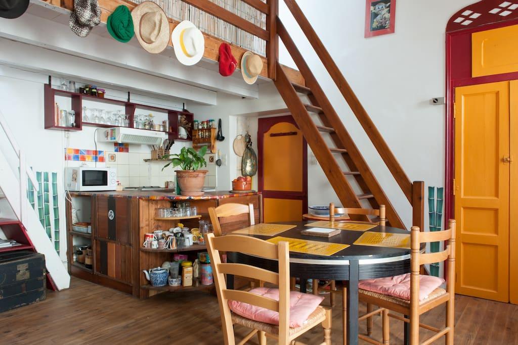 vue sur coin cuisine, coin salle à manger, et l'escalier de la 1ère chambre