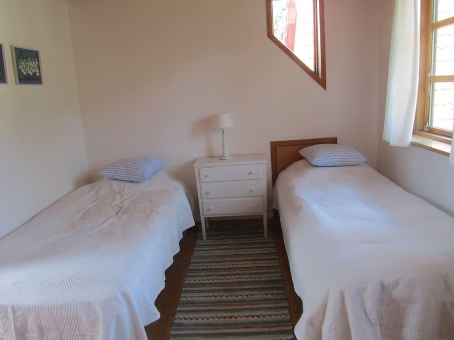 Soveværelse med 2 enkeltsenge samt barneseng