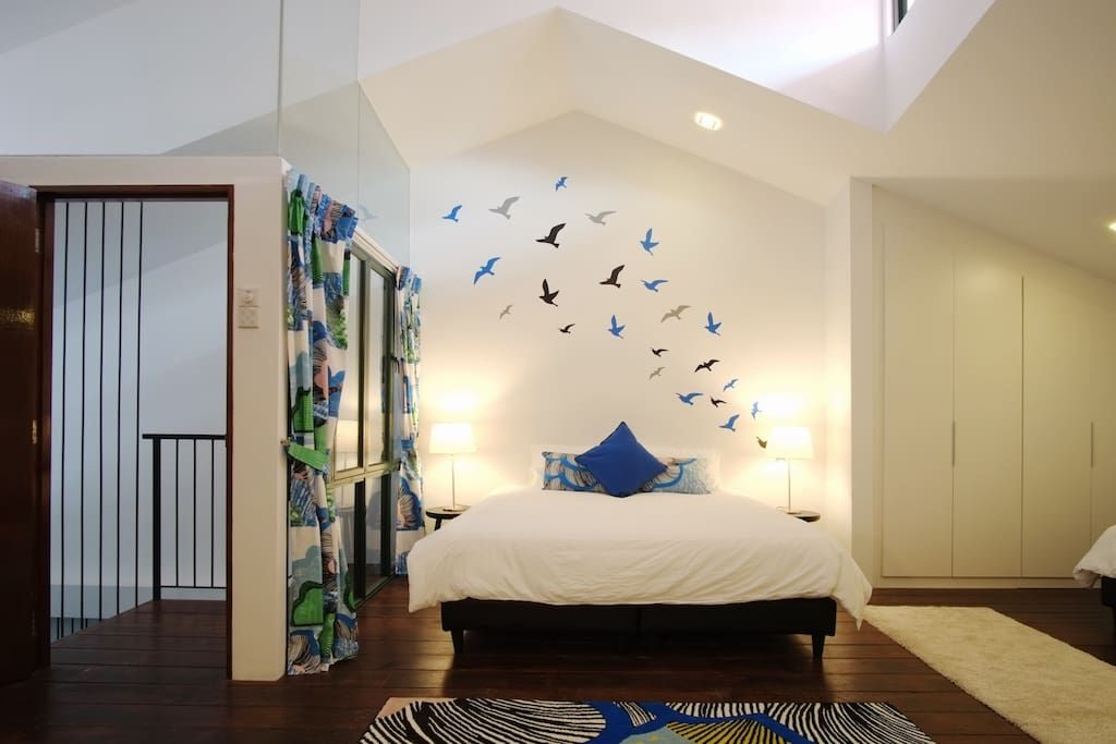 The nature theme in the Flock Room provides a sense of serenity during your stay.