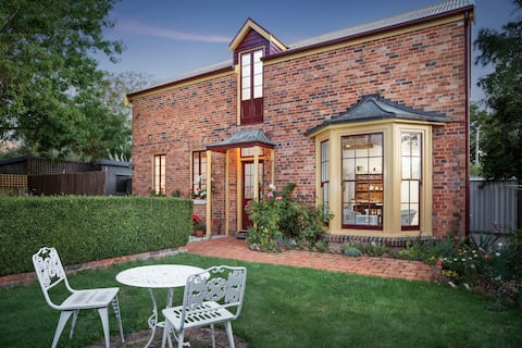 Newly renovated cottage in the heart of Evandale.