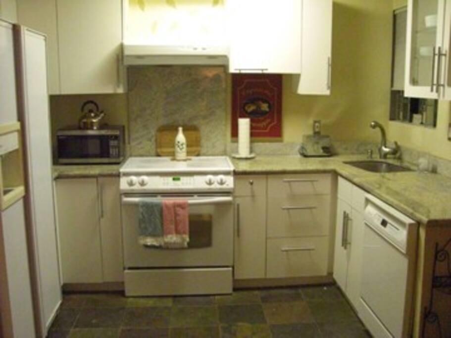 Full-functioning kitchen with fridge/freezer, microwave, dishwasher Nand stove.