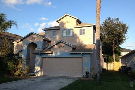 Large bedroom w/ shared bath in awesome house! - Orlando - Casa