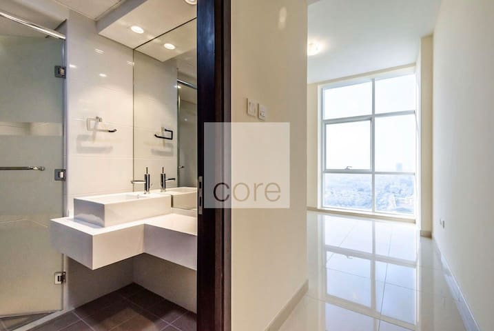 Fully furnished en-suite close to Metro station.
