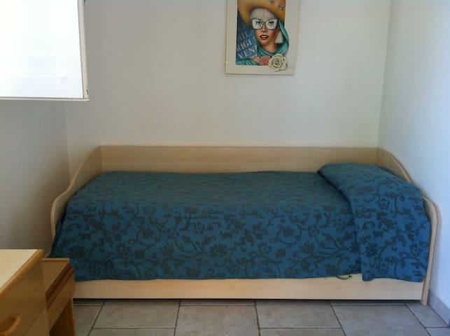 Schlafzimmer 3 mit ausziehb. Bettsofa für 1-2 Personen