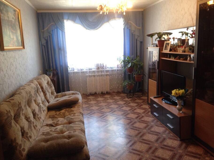 -Главная комната в квартире , большой телевизор , 2 спальных места .  -The main room in the apartment, a large TV, 2 beds.