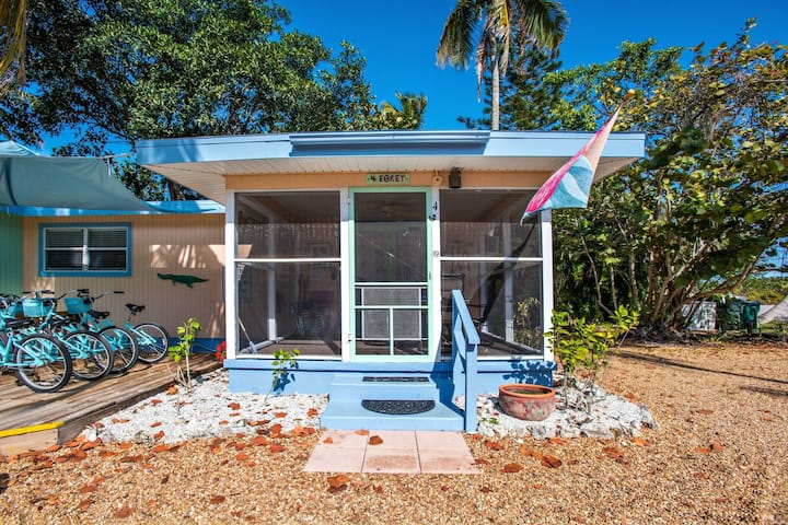 Gorgeous Newly Renovated Coastal Cottage minutes to the beach and free bikes!