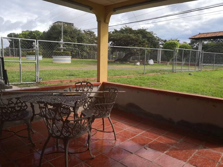 Casa para alquiler o hospedaje con terraza amplia
