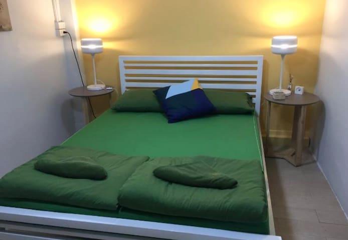 KhaoSan Private Queen Room has Bathroom, AC & Wifi