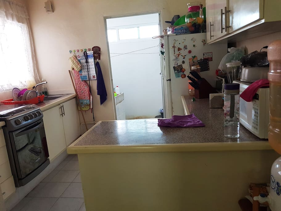 Cocina, se puede utilizar todo, platos, vasos, refrigerador, hornos, etc.