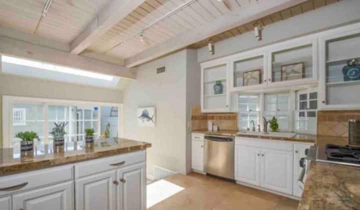 Private room & bath in huge 4 bedroom Venice home