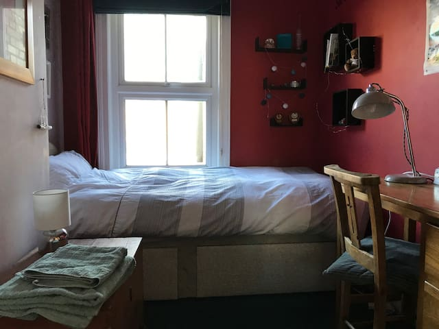 Nr city centre | Single | FREE parking/breakfast
