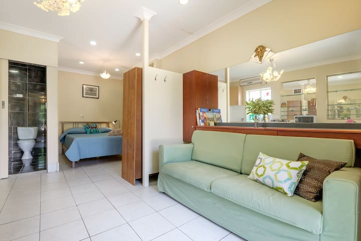 Bright studio apartment in Upper Mount Gravatt - Upper Mount Gravatt - Flat