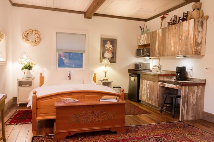 Elisa's Sunday Haus Round Top (Bavarian Suite)