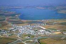 pueblo de Fuente de Piedra desde el cielo, con su laguna de 90km2