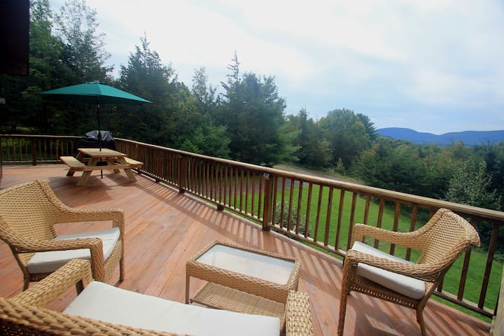 Mountain View Hideaway: AC, big deck & fire pit
