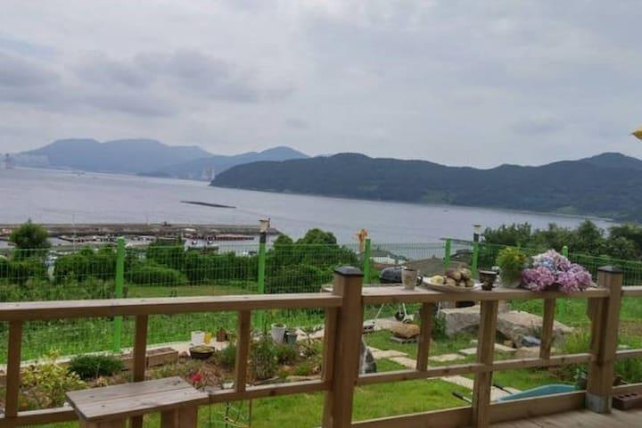 [본채][귀어한 어부의 집,거제 가조도]전망좋은 바다와 산, 신축2층독립, 부둣가낚시가능