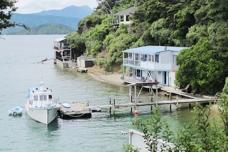 Beach house, absolute WATERFRONT! Waikawa / Picton