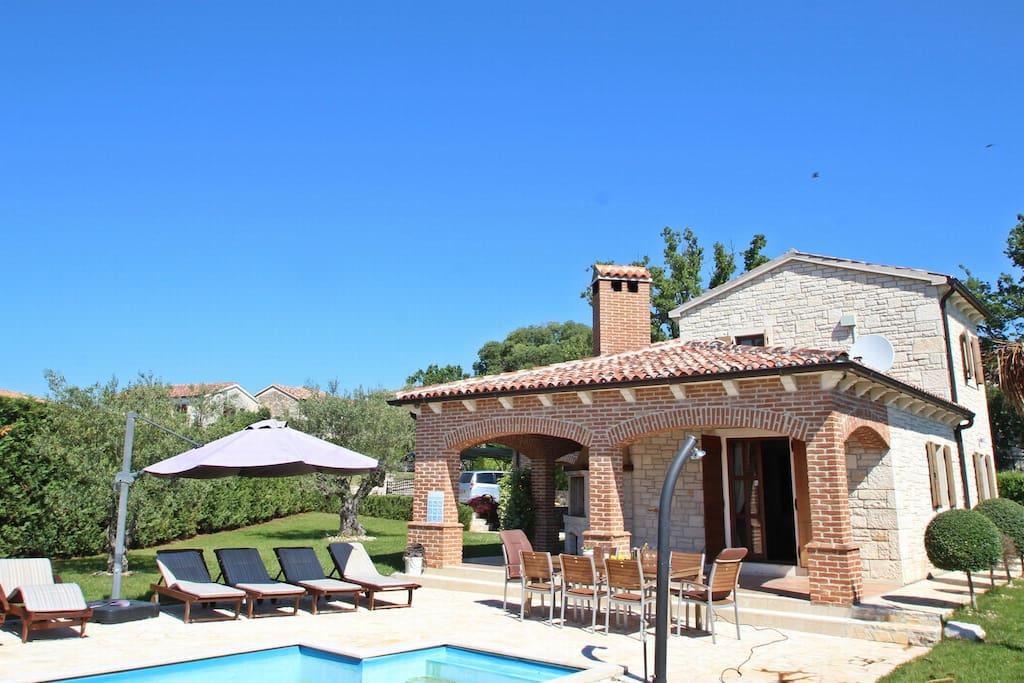 Pohled na vilu s bazénem