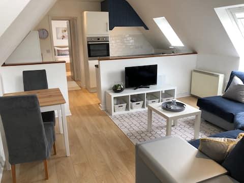 Quiet 1 bed flat in village location