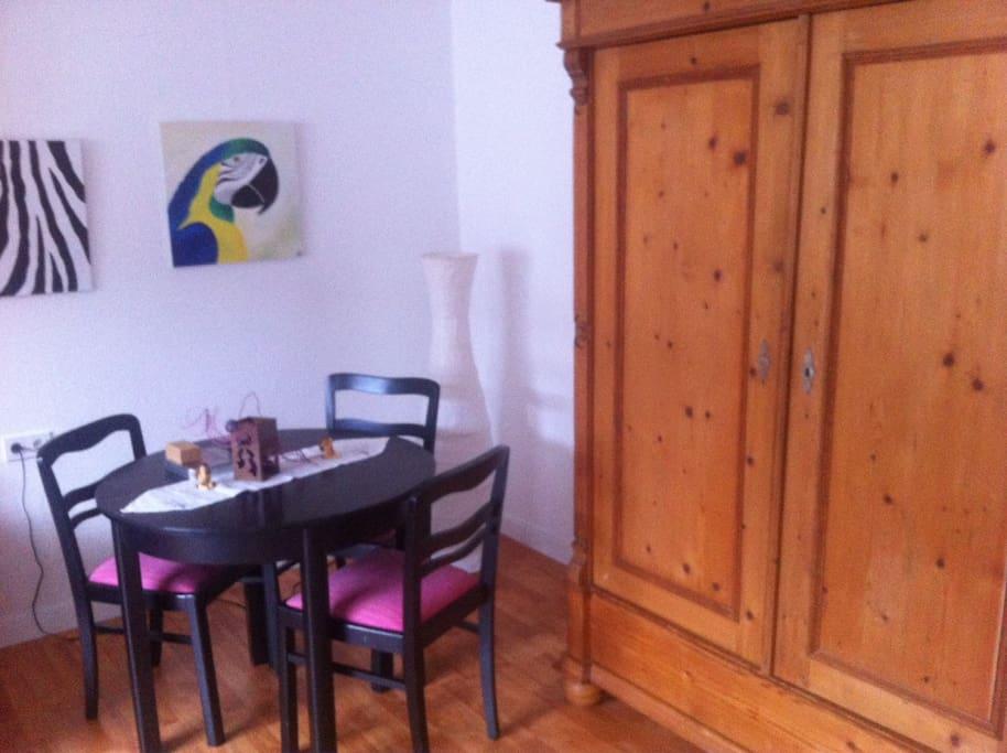 Tisch und Schrank im Gästezimmer