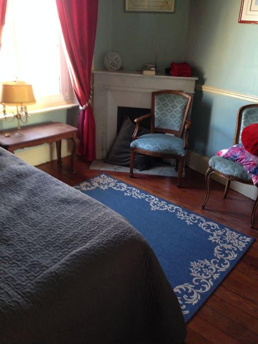 la petite chambre bleue peut accueillir deux personnes