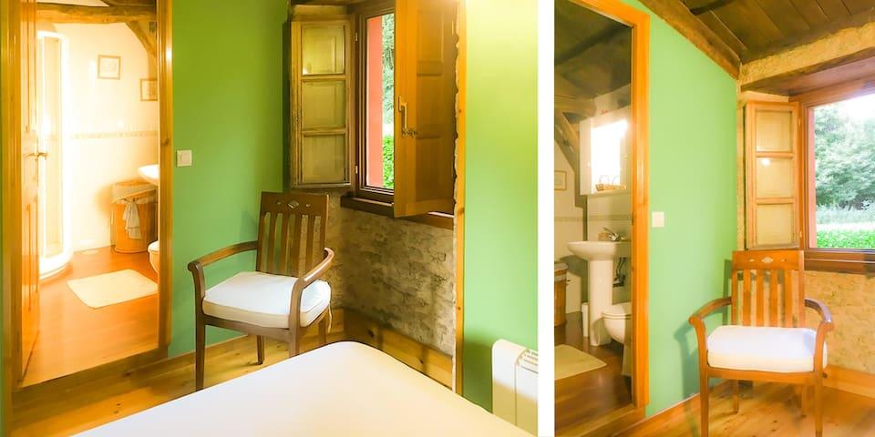 Suite Riquiña.   Incluye: baño completo, 2 camas (una de 135cms y otra de 90cms),  sillón,  mesita, armario, 1 ventanal al exterior.   Interior planta alta. A Pontiga | Casa Rural