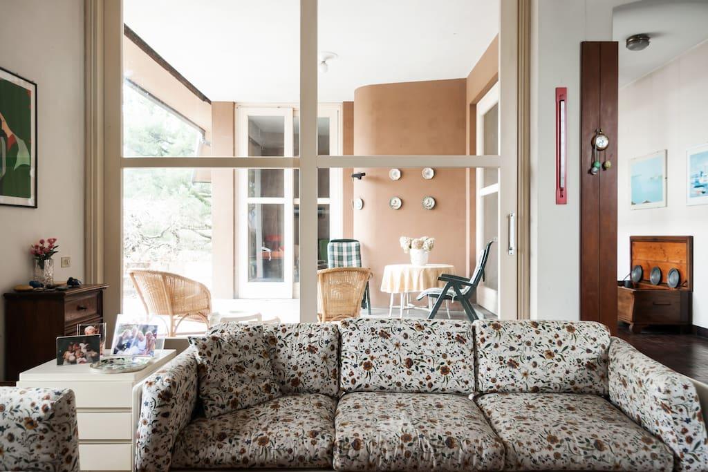 The living-room with the porch - Il soggiorno con il portico