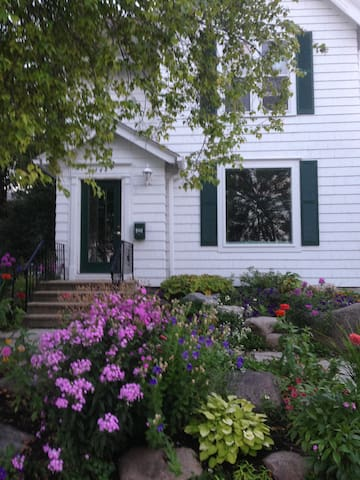 Downtown Excelsior Charming Cottage Duplex - Excelsior - Appartement