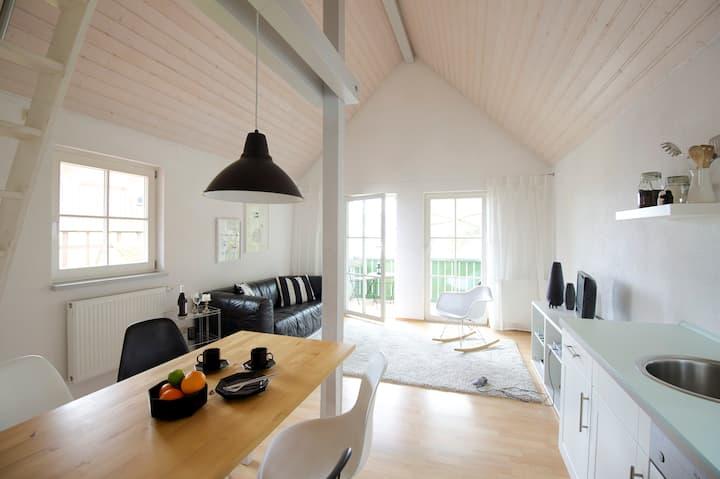 Private Cottage,Kitchen,Balcony, Cozy, Walk 2 Lake