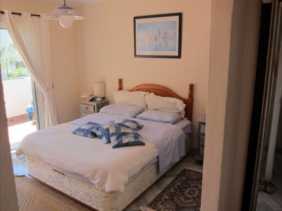 Main bedroom en suite with commanding sea view and small balcony !