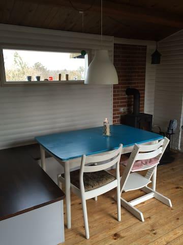 Spiseplads - bordet kan trækkes ud i begge ender / Dining Place - Table can be extended on both ends