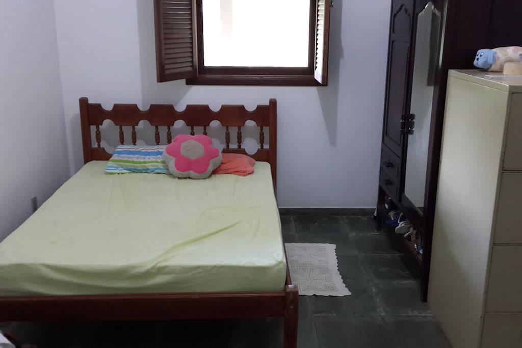 Quarto /suite com cama de casal, colchão ortopédico.