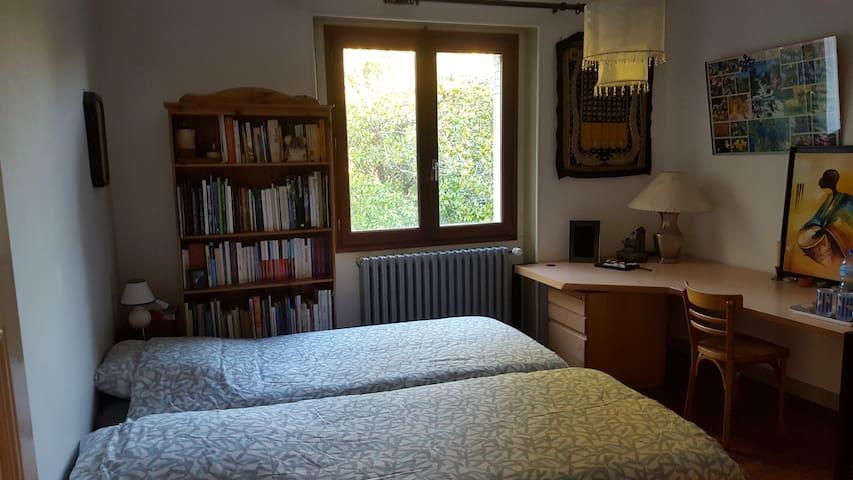 Maison de campagne avec 2 chambres, jardin arboré - Roussines - House