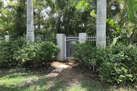 Walk to Beach & St. Armands/Private cottage &grill